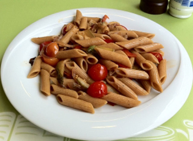 Wholegrain penne with vegetables.